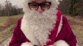 Fine di Santa Claus alta e allontanarsi stock footage