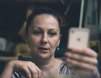 Fine di seduta della donna su Fotografie Stock