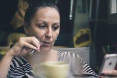 Fine di seduta della donna su Fotografie Stock Libere da Diritti