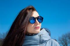 Fine di stile di vita di aria aperta sul ritratto di bella ragazza che cammina nel parco nevoso di inverno Sorridendo e godendo d fotografia stock