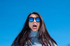Fine di stile di vita di aria aperta sul ritratto curioso di bella ragazza che cammina nel parco nevoso di inverno Sorridere e go fotografia stock libera da diritti