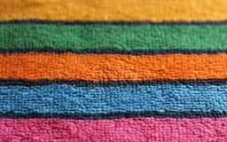 Fine di struttura barrata tessuto multicolore del panno dell'asciugamano di Terry del cotone sul fondo di vista fotografia stock
