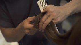 Fine di taglio di capelli della donna su Hairdresse che taglia capelli con le forbici del barbiere nello studio di bellezza Parru video d archivio