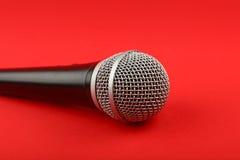 Fine di vista laterale del microfono su su rosso Immagine Stock Libera da Diritti