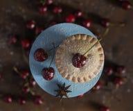Fine di vista superiore del supporto della crostata di ciliege macro del dolce del dessert di legno del bigné sul forno fotografie stock libere da diritti