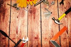 Fine di vista superiore su degli strumenti pratici di varietà su fondo di legno con lo spazio della copia per il vostro testo per Fotografia Stock
