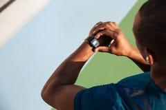 Fine di vista superiore su di uno sportivo dell'Africano di misura fotografia stock