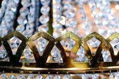 Fine dorata della corona del candeliere a cristallo su fotografia stock