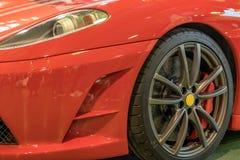 Fine esclusiva dell'automobile sportiva su: colore rosso del cuscino ammortizzatore e del paraurti, del faro e della ruota dell'a fotografia stock libera da diritti
