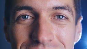 Fine estrema sui bei occhi di giovane uomo bello Signora facciale di Expressions video d archivio