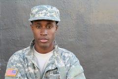Fine fiera e forte del soldato dell'esercito su fotografia stock libera da diritti