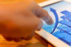 Fine finanziaria di concetto sulla mano che indica lo schermo della compressa con stoc immagine stock libera da diritti