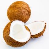 Fine fresca sulle parti della noce di cocco e di intera frutta Fotografie Stock