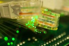 Fine gialla del commutatore di Internet sul macro colpo sul circuito del computer Immagine Stock