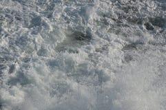 Fine increspata dell'acqua bianca su struttura del fondo Fotografia Stock Libera da Diritti
