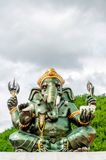 Fine indù verde della statua di Ganesha Dio su su sfondo naturale Fotografia Stock