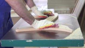 Fine industriale di falegnameria del lavoratore del carpentiere su archivi video