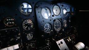 fine 4K su metraggio dell'interno di vecchia cabina di pilotaggio piana archivi video