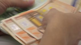 fine 4K sulle mani che contano le fatture degli euro di cinquanta e di cento Soldi di conteggio stock footage