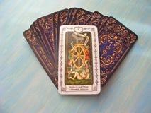 Fine medievale delle carte di tarocchi su con le piattaforme russe dei tarocchi della ruota della fortuna di titolo su fondo di l fotografia stock libera da diritti
