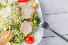 Fine organica verde sana dell'insalata di caesar su sul piatto e sulla forcella bianchi Fotografia Stock