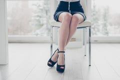 Fine potata sulla foto bella la sua signora di affari ha piegato le anche delle gambe che si siedono la sedia accogliente comoda  fotografie stock