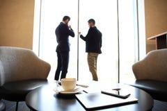 Fine preso di un computer della compressa, cartella sulla cartella dello scrittorio, del caffè e dello smartphone sullo scrittori Immagini Stock Libere da Diritti