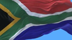 fine senza cuciture 4k su di ondeggiamento lento della bandiera del Sudafrica in vento Alpha Channel archivi video