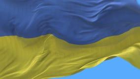 fine senza cuciture 4k su di ondeggiamento lento della bandiera dell'Ucraina in vento Alfa canale incluso video d archivio