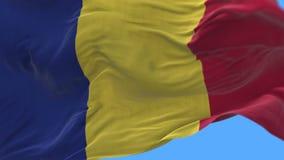 fine senza cuciture 4k su di ondeggiamento lento della bandiera della Romania in vento Alfa canale incluso video d archivio