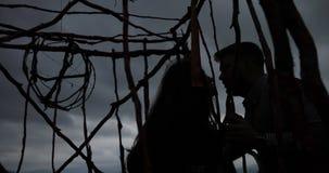 Fine settimana nelle montagne, paesaggio di autunno La donna con capelli castana lunghi si siede nella gabbia di legno sulla mont stock footage
