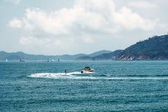 Fine settimana o ricreazione attiva di vacanza Sport acquatico di superficie Vista sul mare, paesaggio Priorit? bassa della natur immagine stock libera da diritti