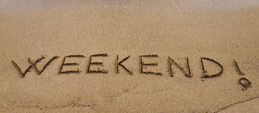 Fine settimana! scritto in sabbia, su una bella spiaggia Immagine Stock