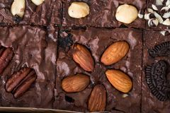 Fine in su Brownie dolce, dessert del cioccolato con i dadi Immagini Stock