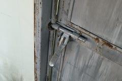 Fine su: cerniera di porta arrugginita del metallo di lerciume vecchia, Immagine Stock