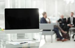 Fine in su computer con lo schermo in bianco nero e grafico finanziario sul desktop immagine stock