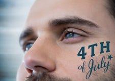 Fine su degli occhi dell'uomo con il quarto del blu del grafico di luglio contro il pannello di legno blu confuso Fotografia Stock