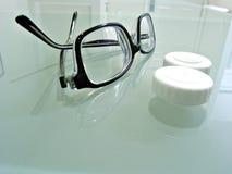 Fine in su degli occhiali e dell'astuccio delle lenti del contatto Immagine Stock Libera da Diritti