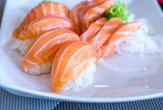 Fine su dei sushi di nigiri con il pesce di color salmone sopra  Fotografia Stock