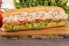 Fine su del panino sottomarino del tonno sulla plancia di legno immagine stock libera da diritti
