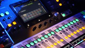 Fine su del pannello di controllo del DJ che gioca musica del partito sul giocatore moderno nel club della discoteca Concetto di  fotografie stock libere da diritti