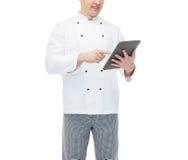 Fine su del pc maschio felice della compressa della tenuta del cuoco del cuoco unico Immagini Stock Libere da Diritti