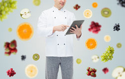 Fine su del pc maschio felice della compressa della tenuta del cuoco del cuoco unico Fotografia Stock Libera da Diritti