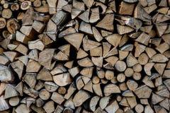 Fine su del taglio della legna da ardere sui ceppi ed impilato in cortile Fotografia Stock