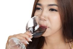 Fine su del vino rosso della bella bevanda asiatica della donna Immagini Stock