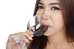 Fine su del vino rosso della bella bevanda asiatica della donna Fotografia Stock Libera da Diritti