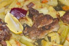 Fine su dell'incontrare dell'arrosto le patate e le verdure Immagine Stock Libera da Diritti