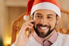 Fine su dell'uomo felice in cappello di Santa che fa le chiamate fotografia stock libera da diritti