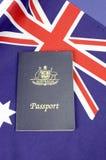 Fine su della bandiera australiana dell'incrocio del sud con il passaporto - verticale Immagine Stock