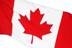 Fine su della bandiera del CANADA - volando liberamente il giorno del Canada immagine stock